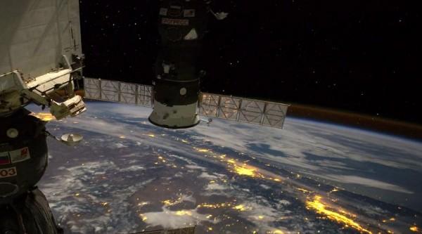 La vue depuis la Station Spatiale Internationale la nuit