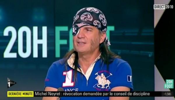 Habillé en pirate, Francis Lalanne déclare que Le Tallec est l'un des plus grands joueurs du monde