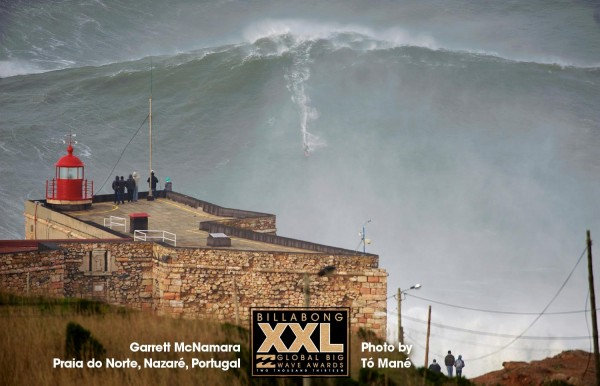 Garrett McNamara surfe la plus grosse vague du monde
